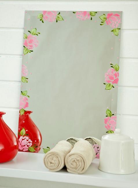 Sisältää peilin käyttämällä stensiilimaalausta