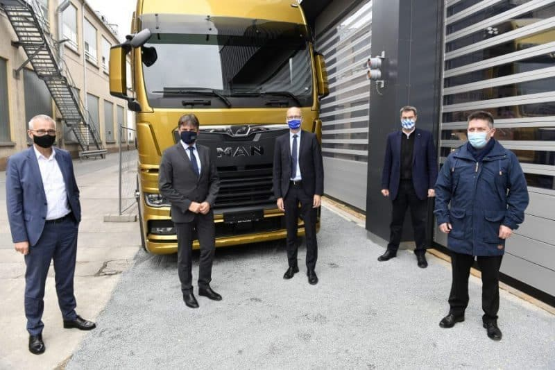 Andreas Tostmann (CEO of MAN Truck & Bus SE), Prof. Dr. Joachim Hornegger, President of the Friedrich-Alexander Universität Erlangen-Nürnberg, Prof. Dr. Niels Oberbeck, President of the Nuremberg Tech, Dr. Markus Söder, Bavarian Prime Minister, and Saki Stimoniaris, Chairman of the MAN Group Works Council (from left to right), met at the MAN site in Nuremberg to sign the cooperation agreement.