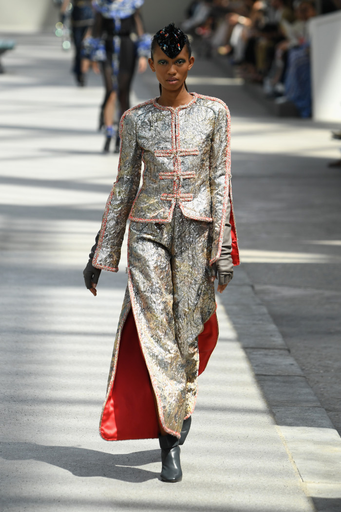 Chanel-Fall-2018-Couture-at-Haute-Couture-PFW metallic suit