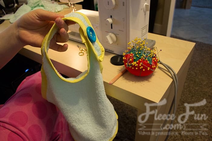 Love this bib pattern - actually it's two! One large bib, and one with a pocket to catch food - genius! Plus she has a video tutorial that explains it! Love this Sewing Project. Love this free baby bib pattern pdf
