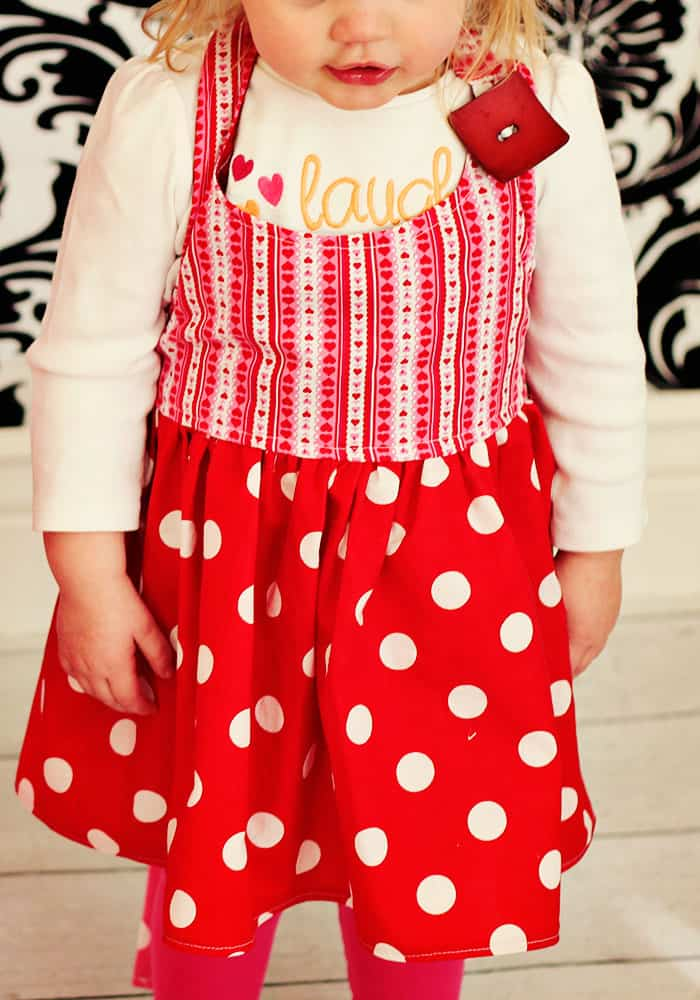 This easy child apron tutorial and pattern comes in three sizes for a kid! Video tutorial makes it easy to sew. Free pdf pattern and tutorial. Great sewing project.