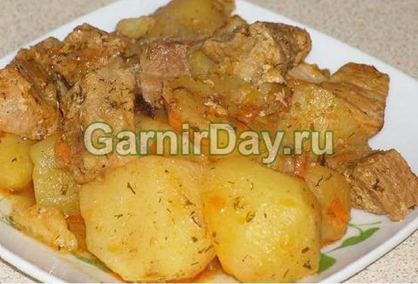 Cartofi de tocană cu carne într-un aragaz lent