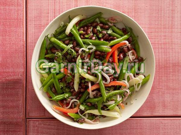 Salată de două tipuri de fasole pe garnitură
