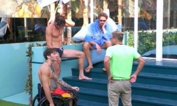 Grande Fratello Vip, Andrea Casalino, Gianmaria Antinolfi, Alex Belli e Manuel Bortuzzo in piscina