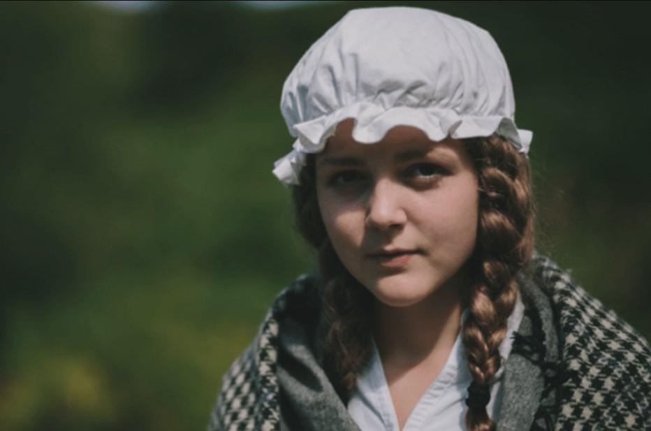 Menina vestida como Mary Jones