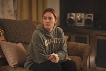 """Kate Winslet rifiuta i ritocchi nella nuova serie HBO: """"Non osare!"""". Il regista voleva ridurle la pancia"""