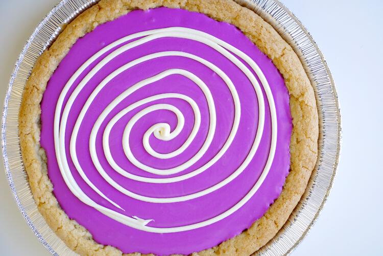 make-a-spiderweb-sugar-cookie-pizza-halloween-treat