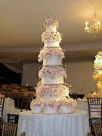 5 Huge  Beautiful Wedding Cakes   Inspired Bride 5 Huge  Beautiful Wedding Cakes