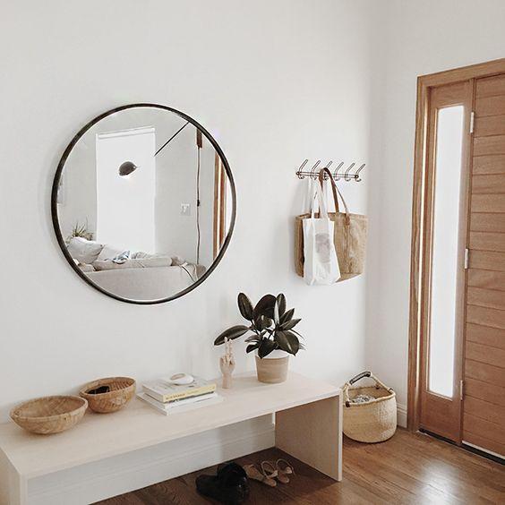 Ronde Houten Spiegel : Ronde spiegel in minimalistische zaal stock foto afbeelding