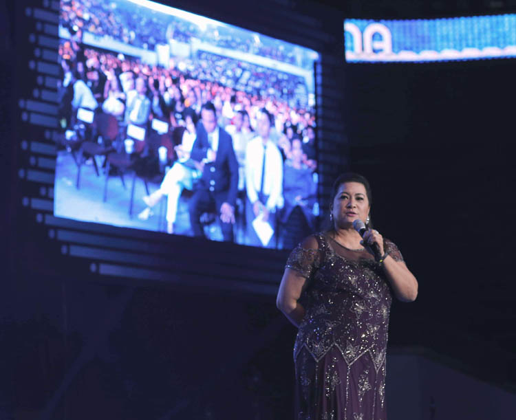 "USANA Philippines and Indonesia Vice President Aurora ""Duday"" Gaston addressing the crowd at MOA Arena with a hopeful speech for the year of 2018."