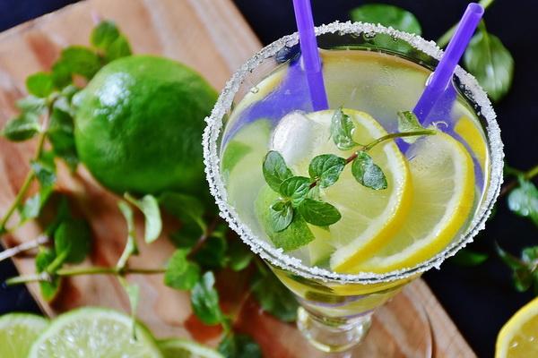 безалкогольный напиток с мятой и лаймом