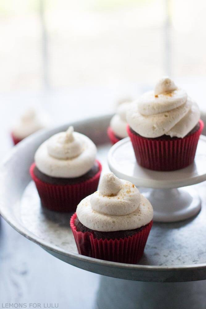 Gingerbread Latte in a cupcake! Chocolate coffee flavored cupcakes topped with a rich and creamy gingerbread latte buttercream! www.lemonsforlulu.com