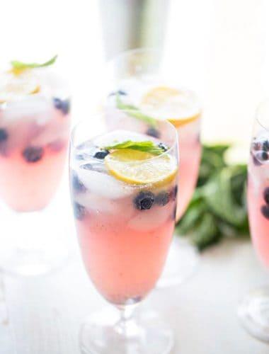 vodka lemonade with lemon slices