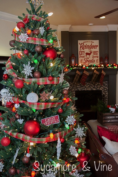 Gorgeous plaid country Christmas Tree Great idea for Tree Decorations.