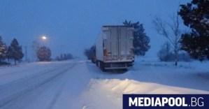 Пътуване трудно: Снегът и температурите на замръзване замразиха България