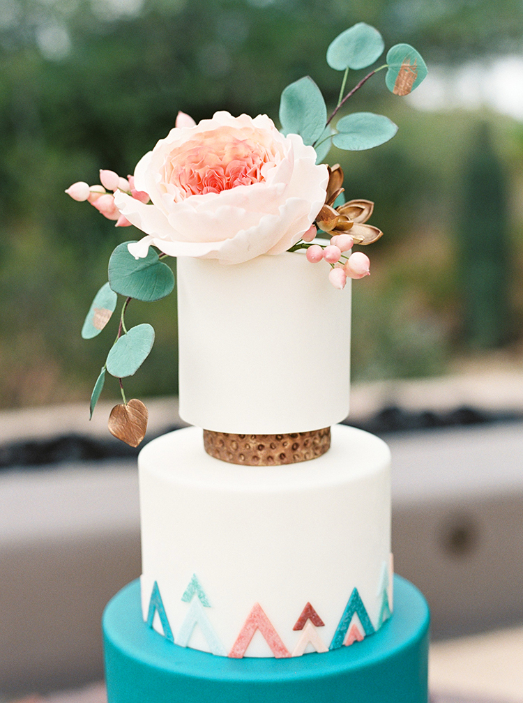 Wedding Cake Tips   Trends from the Experts   Phoenix  Scottsdale     Realistic sugar flowers top a modern Southwestern cake