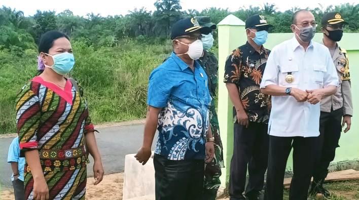Lamhot Sijabat bersama Abdul Hamid Rizal saat melihat kondisi tempat karantina khusus