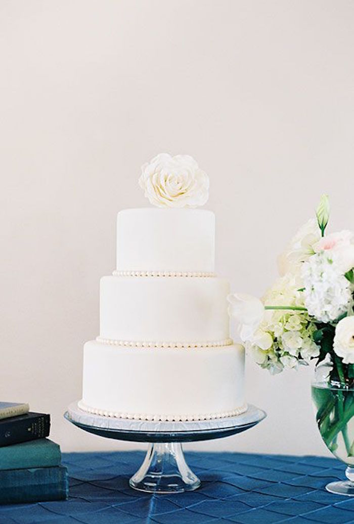 Simple Wedding Cakes Made to Inspire   MODwedding     simple wedding cakes 18 08222015 km