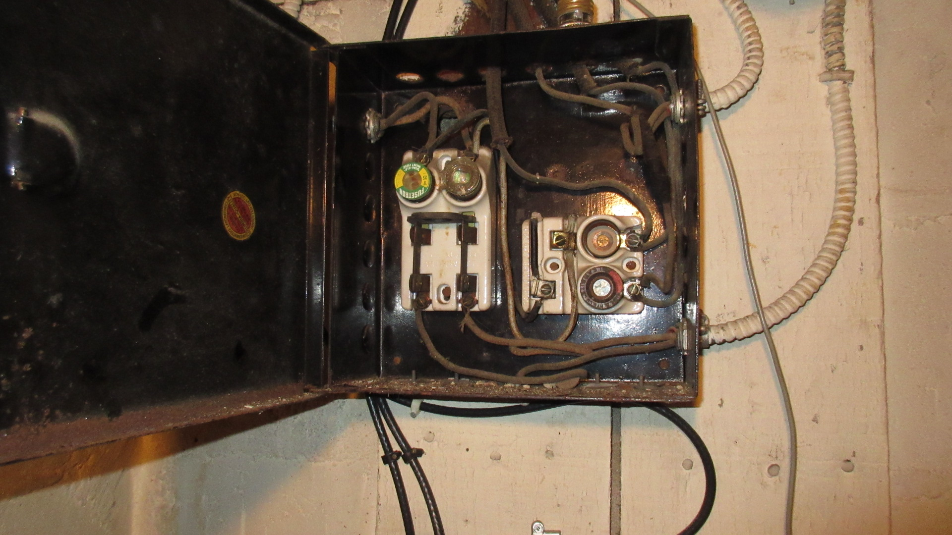 Homes Older Electrical Wiring Oldelectricalwiring3288780jpg