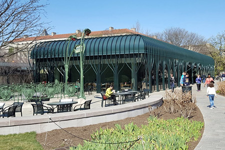 Sculpture Garden Pavilion Caf      With a panoramic view of the Sculpture Garden  the Pavilion  Caf     has indoor and outdoor dining areas  The Caf     s menu includes pizzas