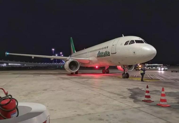 Alitalia, concluso l'ultimo volo: fine di 74 anni di storia. Che sta per ricominciare Cagliari-Roma, alle undici e mezza di sera l'arrivo di un percorso iniziato il 5 maggio 1947