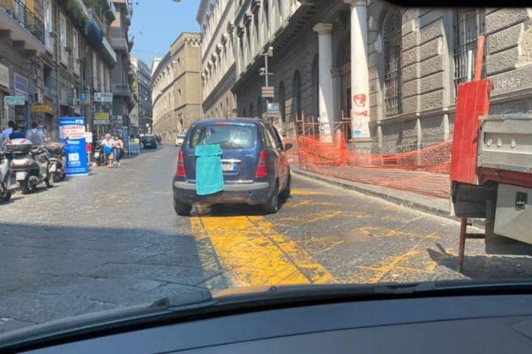 """Napoli, """"furbetti"""" coprono le targhe delle auto con gli asciugamani per non pagare la Ztl"""