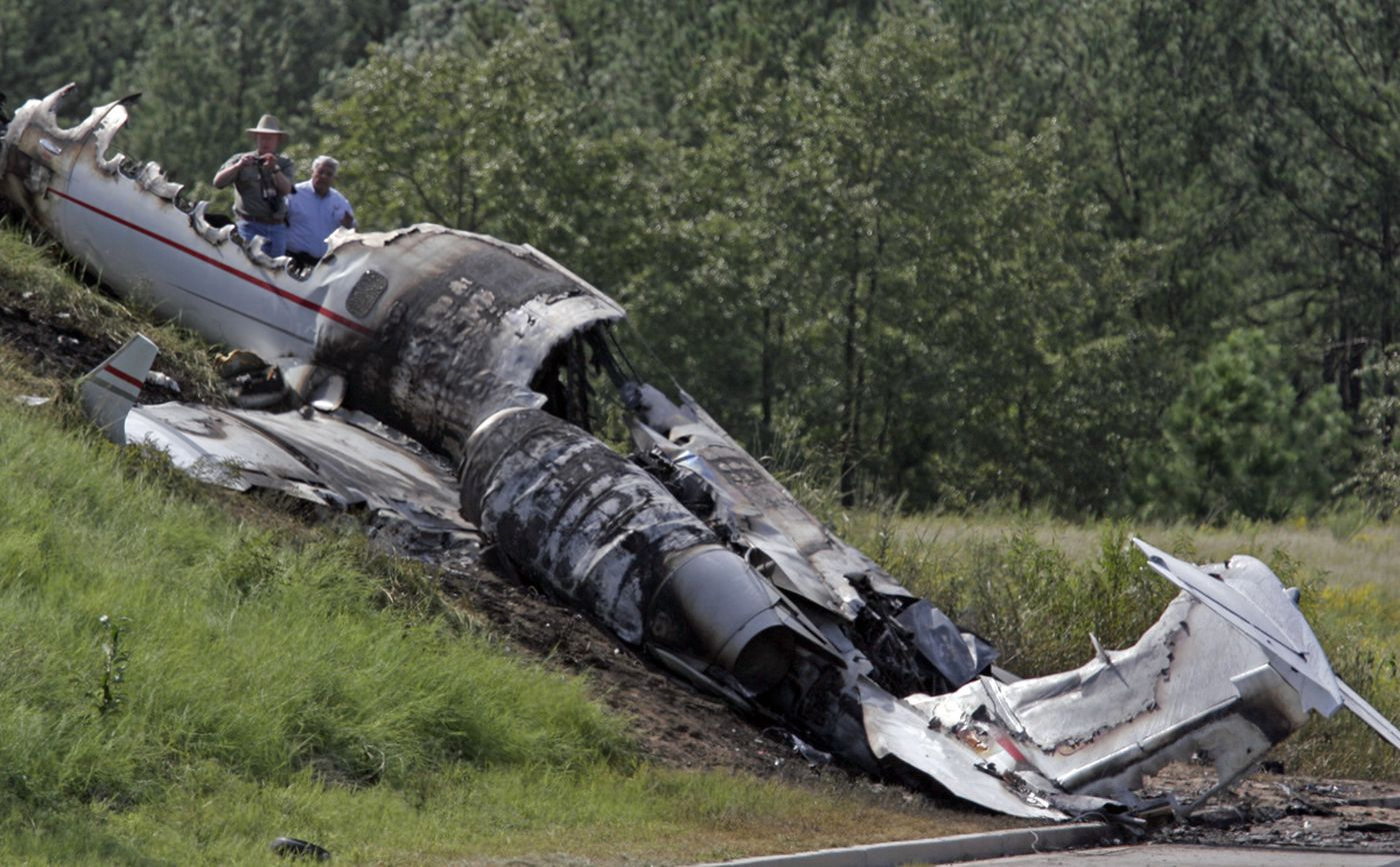Blink-182 drummer Travis Barker recalls 2008 plane crash ...