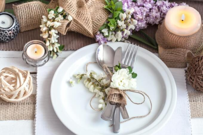 Decorate the table with a romantic center made of natural materials