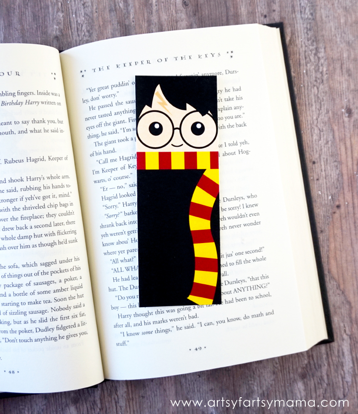 DIY Harry Potter bookmark. This is SO cute would be a fun gift for a book lover.