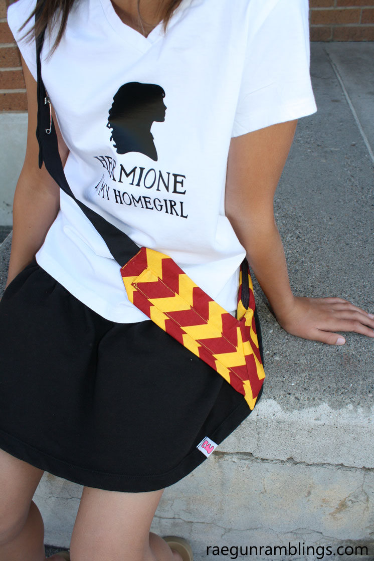 How fun a wand holster to carry your harry potter wands. Great sewing tutorial and how to make DIY wands too.