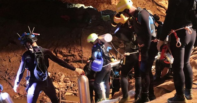 Rescue officials poised to extract remaining 4 Thai soccer team, coach from cave