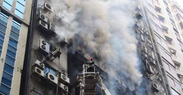 BANGLADESH: Hundreds trapped inside skyscraper as firefighters battle blaze