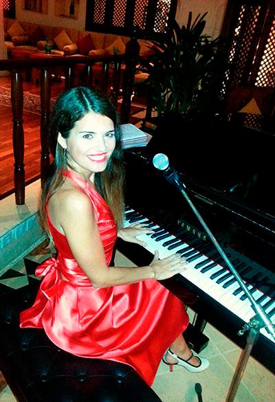 Female Pianist 107149