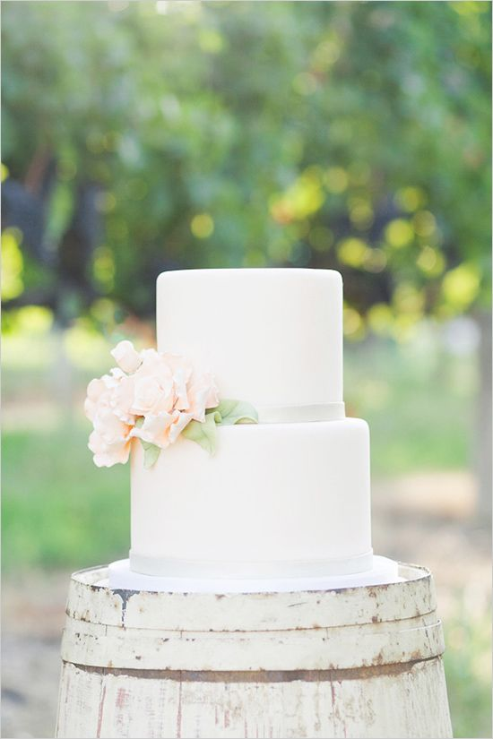 7 Sweet   Simple Wedding Cakes   Weekly Wedding Inspiration Such a beautiful simple wedding cake
