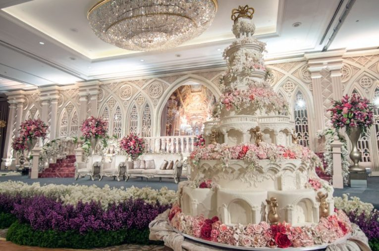 World s most extravagant wedding cakes for budget busting brides     World s most extravagant wedding cakes for budget busting brides