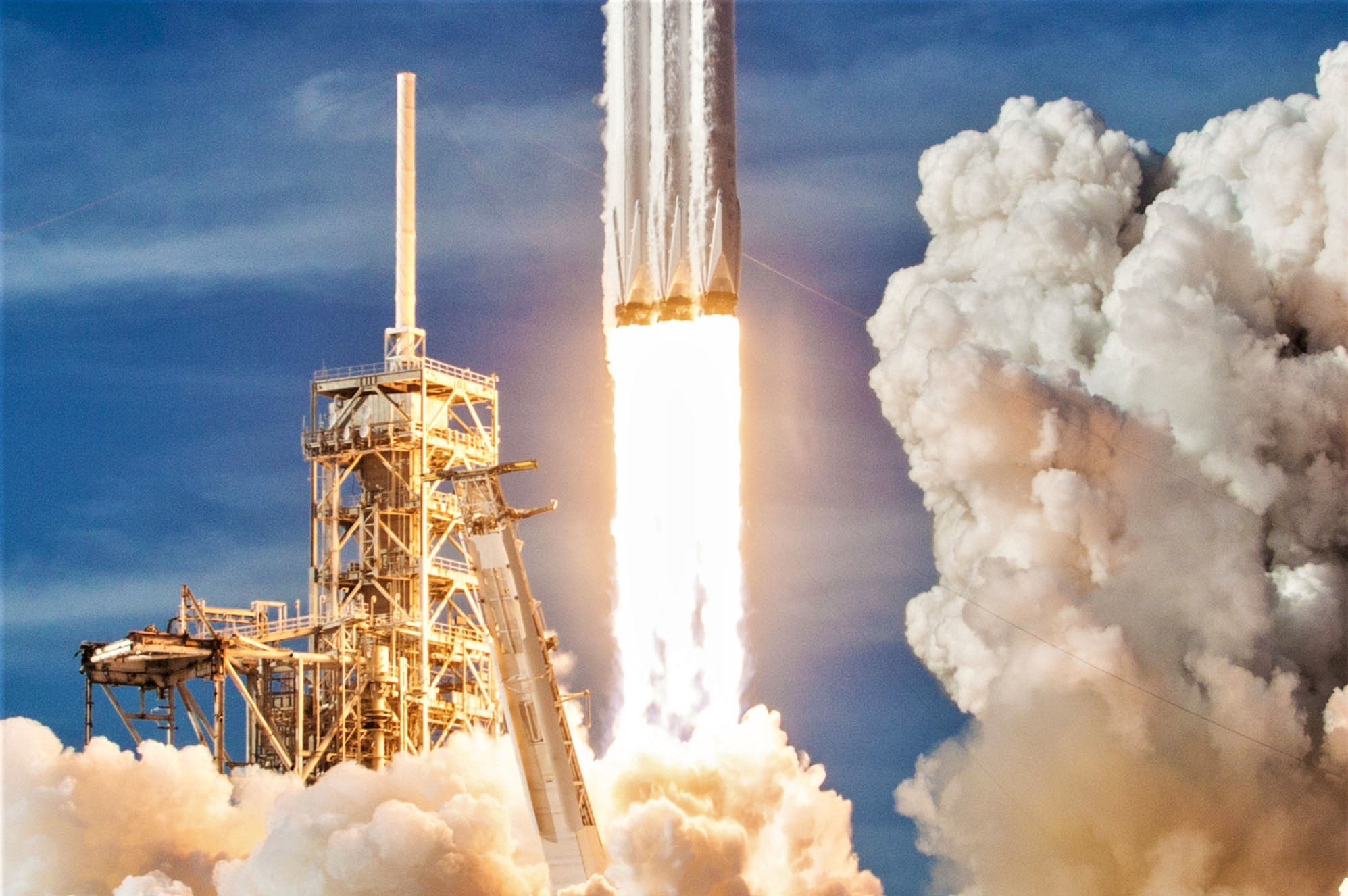 Spacex Wins New Falcon Heavy Launch Contract As Rocket S