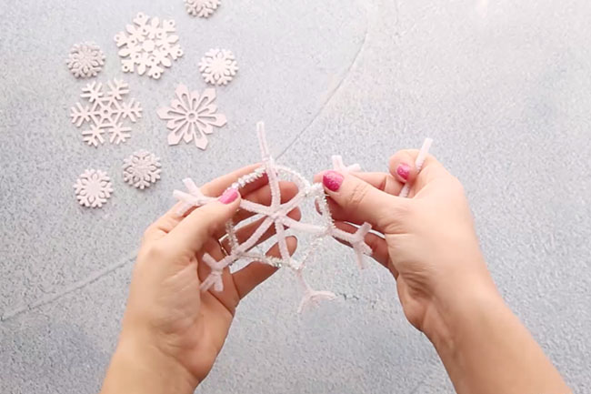 How to Make Pipe Cleaner Snowflakes