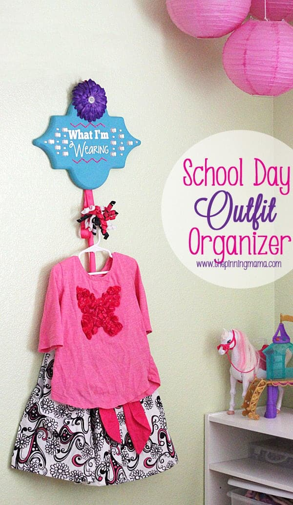 Easy DIY School Day Outfit Organizer - I so need to get organized to make mornings easier!  Love this! #thebigbling
