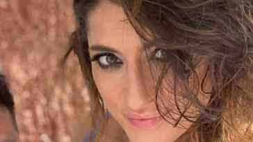 Elisa Isoardi come non si è mai vista: lo scatto sexy in costume in riva al mare sorprende i fan