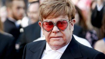"""Paura per Elton John, il cantante sospende il tour e annuncia: """"Devo operarmi"""". Il comunicato ufficiale"""