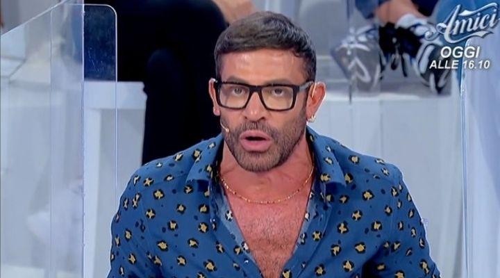 """Gianni Sperti contro le nuove Dame a Uomini e Donne: """"Non vi sopporto"""". Commento puntata 13 ottobre"""