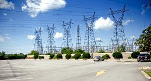 Электр желілері SIR ADAM BEDK Hydroел электр станциясының жанында қолдайды. Ниагара сарқырамасы, Онтарио, Канада.