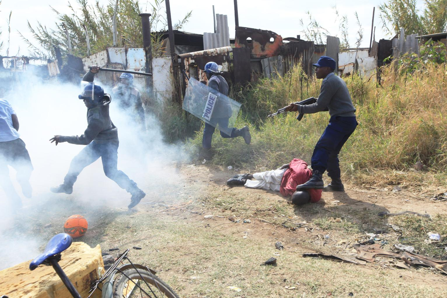 Police battle rioters in Zimbabwe's capital | World News ...