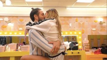 Grande Fratello Vip, tra Soleil Sorge e Alex Belli scatta il bacio: la moglie manda un aereo sopra la casa