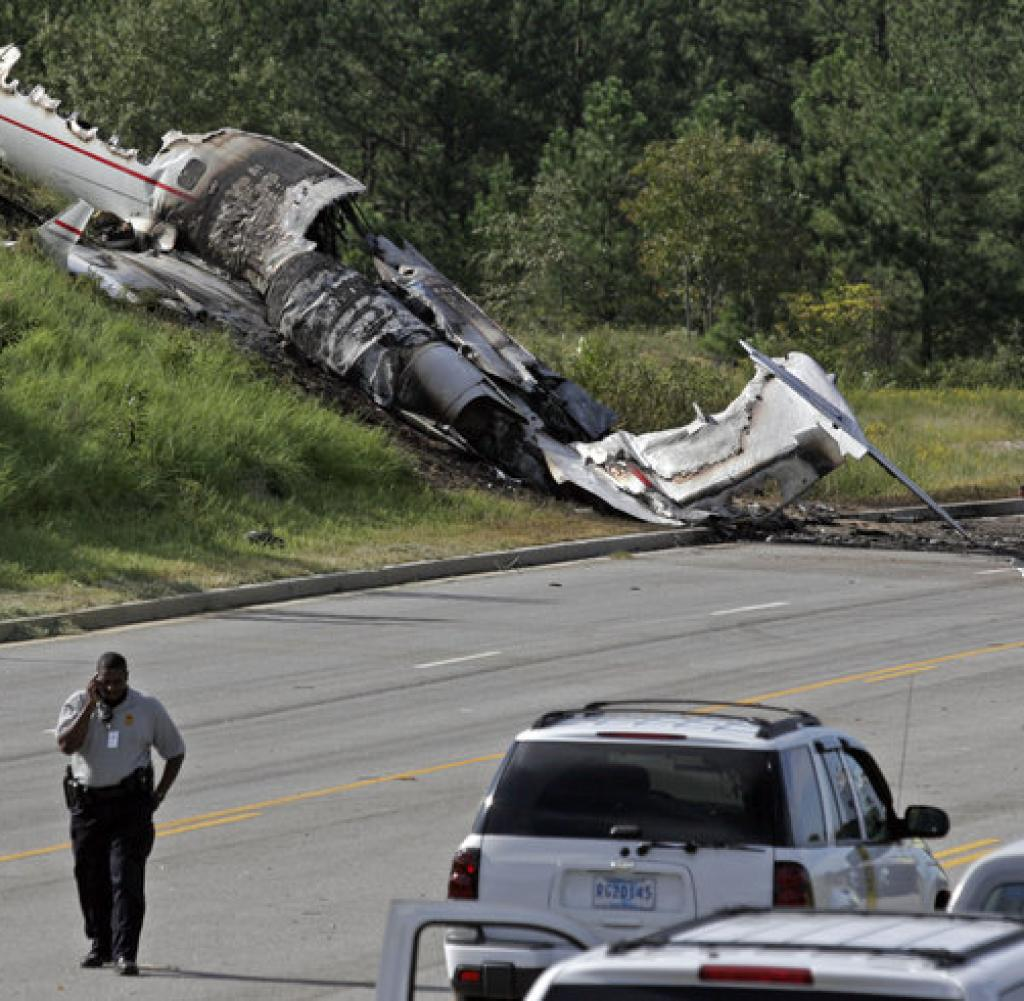 Critically Injured: Travis Barker and DJ AM in fatal plane ...