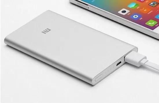 Processo di ricarica dello smartphone mediante una batteria Xiaomi esterna a un laptop