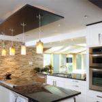 Дизайн потолков на кухне — сочетание практичности и эффектности
