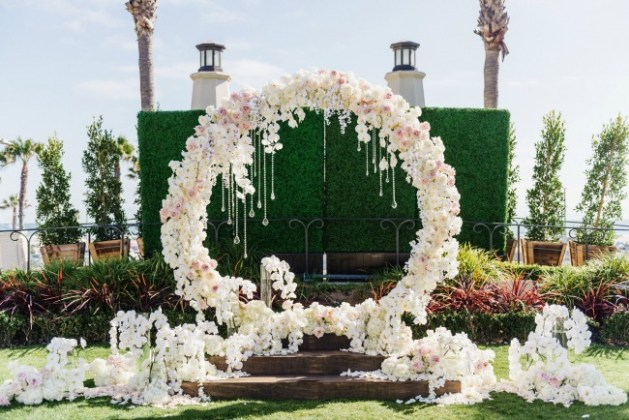 18 Circle Ceremony Arch Wedding Decoration Ideas   Pretty My Party White and pink circle ceremony arch with flowers