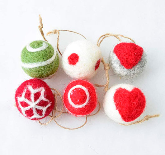 The photo shows - DIY Christmas decorations, fig. Balls made of wool