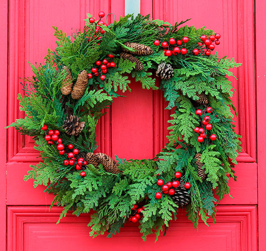 The photo shows - DIY Christmas decorations, fig. Wreath with berries
